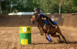Barrel race tävling - söndag - Malin Svensson med Fredriksbergs Nat